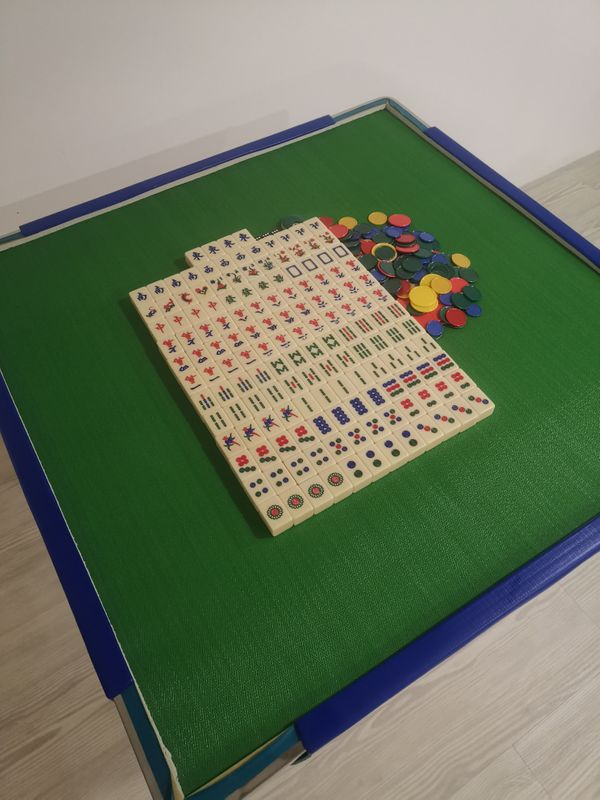 Mahjong Set (tiles/table/chips)